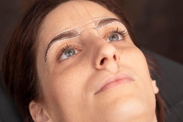 마이크로블레이딩 치료를 받는 여성