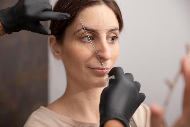 Donna sottoposta a procedura di microblading