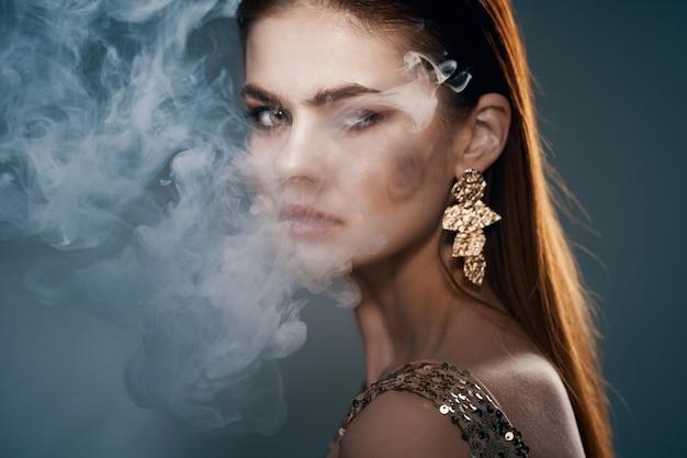 Женщина золотое платье дым изо рта украшение роскошь