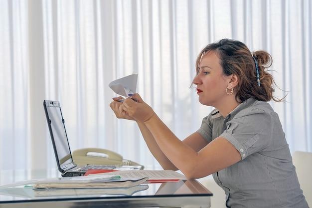Женщина получила плохое письмо об увольнении. взволнованная девушка без радости.