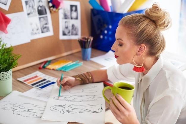 女性は世界的な名声デザイナーに触発されました
