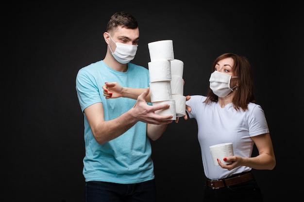 Женщина хватает туалетную бумагу у мужчины