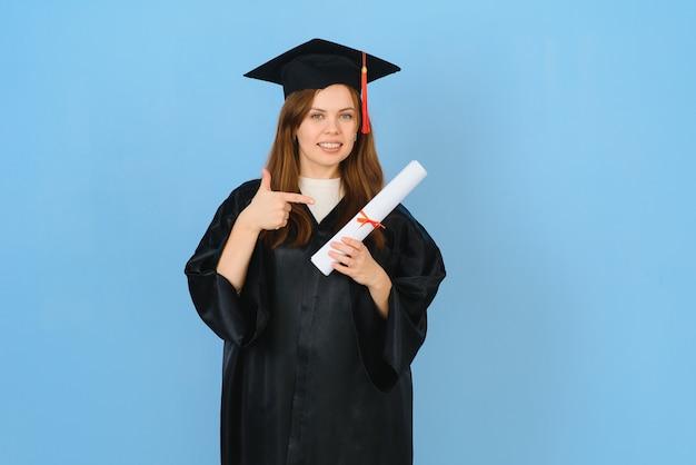 青い背景に、卒業式の帽子とガウンを身に着けている女性大学院生