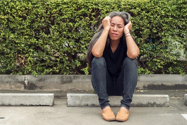 걱정 된 스트레스 얼굴 표정으로 여자 회색 머리