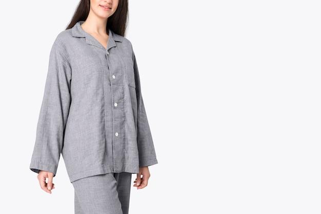 Donna in pigiama grigio pigiameria studio fotografico