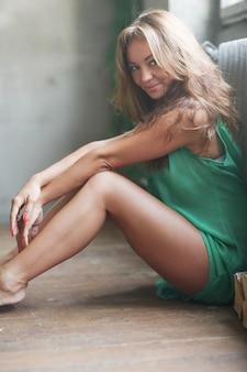 Donna in abiti verdi