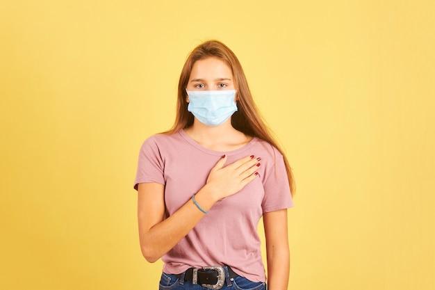 コロナウイルス感染を防ぐために握手ではなく心に手を添えて挨拶する女性