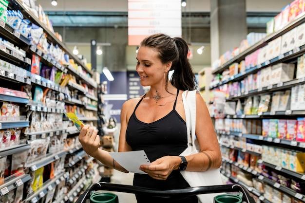 여자 식료품 쇼핑, 슈퍼마켓 스톡 사진