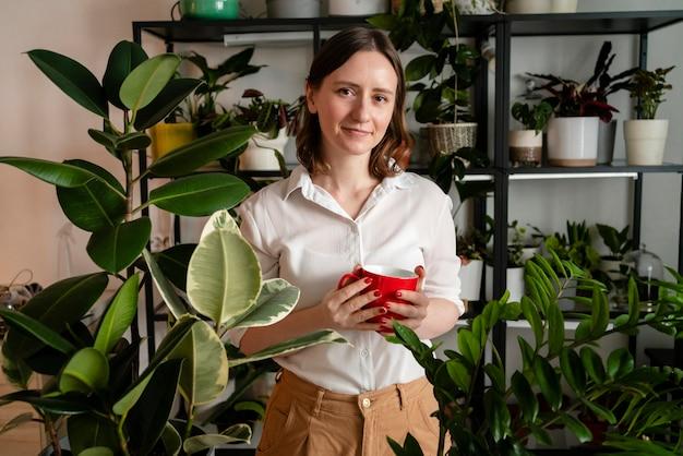 家で植物を育てる女性