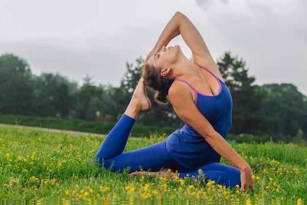 Гимнастка чувствует себя расслабленной и отдохнувшей во время растяжки во время утренней гимнастики