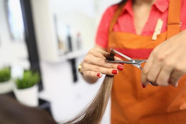 Женщина парикмахер стрижка волос