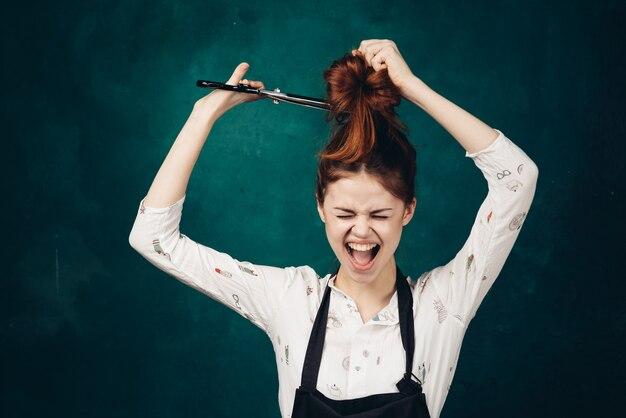 Парикмахер женщина с ножницами в руках