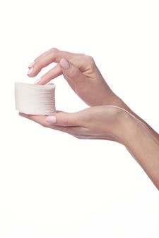 女性の手と爪のワニス除去剤、白で分離されたアセトン