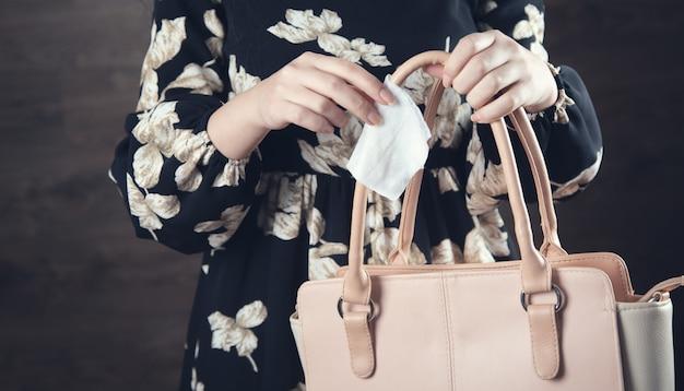 Женская сумка и влажная салфетка