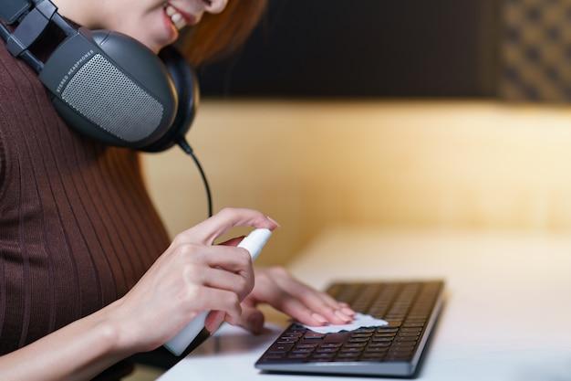 Устройства для дезинфекции рук женщин в домашних условиях для предотвращения заболеваний путем дезинфекции клавиатуры, коронируса или защиты covid-19.
