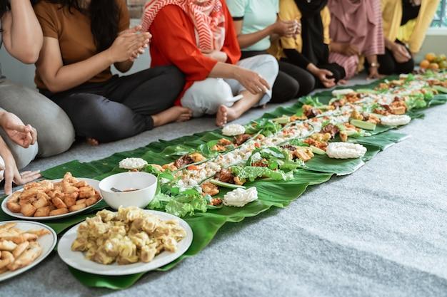 バナナの葉を置くこと一緒に彼らの食糧を食べる女性の手