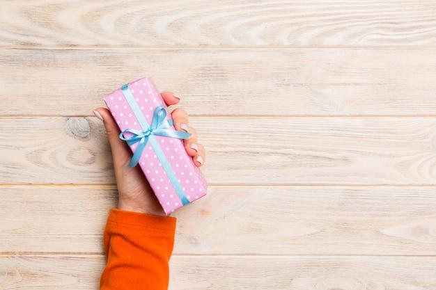여자 손 발렌타인 선물 상자, 평면도 제공
