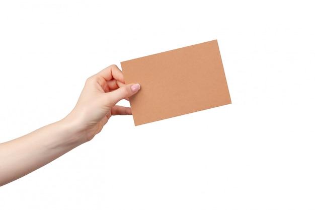 Женщина рука держать бизнес чистый лист бумаги, изолированные на белой стене