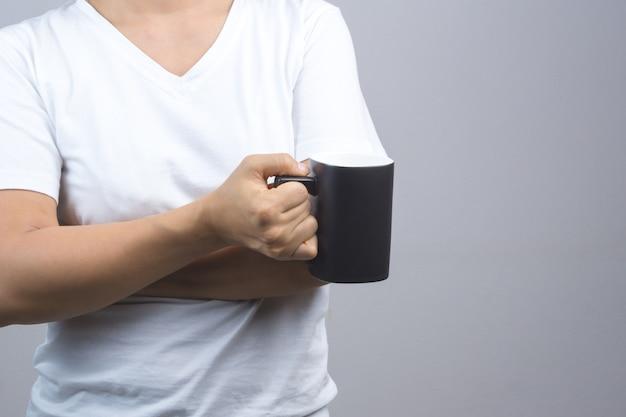 Женщина рука черная кружка