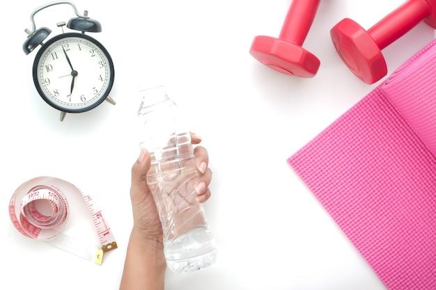 여자 손 잡고 물 병, 건강 및 다이어트 개념 흰색 배경에 고립