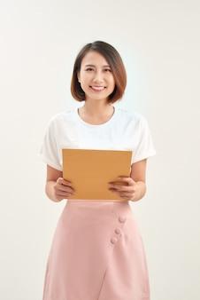 흰색 바탕에 갈색 봉투를 들고 여자 손