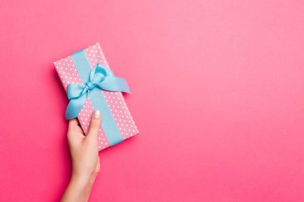 여자가 손을 잡고 선물 상자