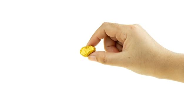 白い背景で金塊を持っている女性の手