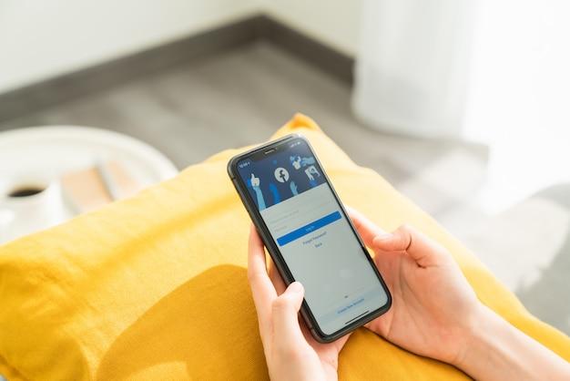 Женская рука нажимает на экран телефона
