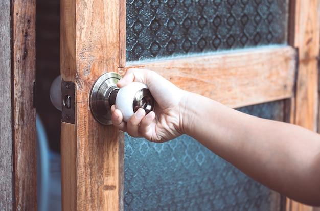 女性の手開閉ドアのノブヴィンテージスタイル