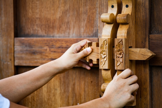 Открывание / закрытие деревянной двери женщины в винтажном стиле