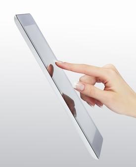 빈 화면이 현대 전자 디지털 프레임에 여자 손 포인트
