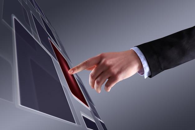 ボタンの1つを押す女性の手