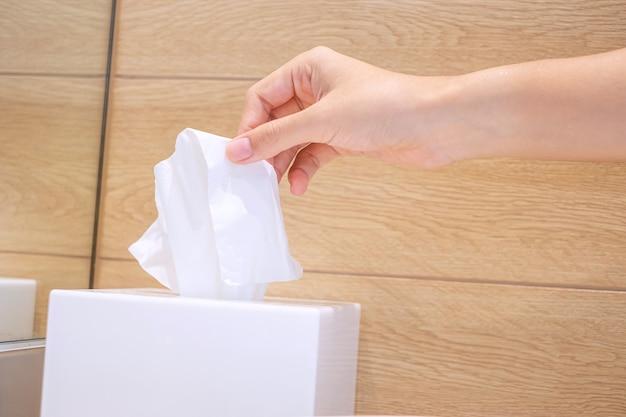 여자 손 화장실에서 화장지를 당기입니다. 청소, 라이프 스타일 및 개인 위생 개념