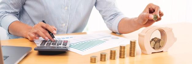 Женская рука кладет денежную монету в копилку с шагом роста монет стека для экономии денег