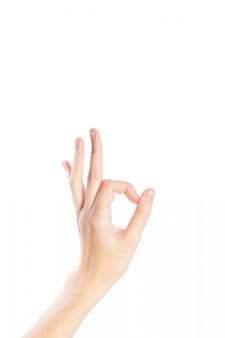 Жест руки женщины показывает одобренный жест на белой изолированной предпосылке