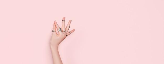 인도 고전 무용의 하 스타를 보여주는 여자 손. 실버 반지를 입고 백인 여성 손입니다. 명상과 자기 치유 개념.