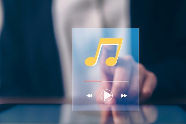 Рука женщины, касаясь экрана музыки приложения на планшете