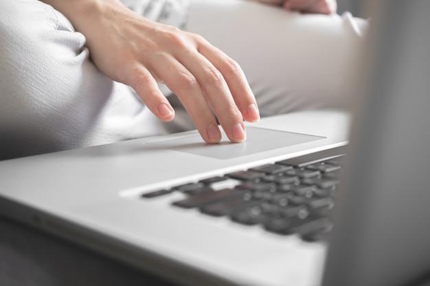 Женщина рука печатая на клавиатуре портативного компьютера. концепция бизнес-аналитики. студент, использующий ноутбук дома, онлайн-обучение, интернет-маркетинг, люди, работающие в офисе, или внештатное фоновое фото