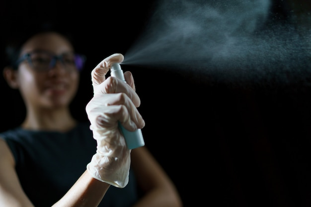 Женская рука с использованием дезинфицирующего средства, спиртосодержащего дезинфицирующего средства для предотвращения распространения коронавируса или covid-19.