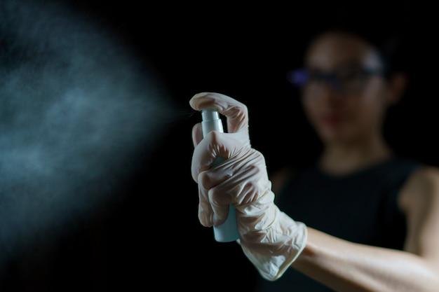 여자 손 소독제 스프레이, 코로나 바이러스 또는 covid-19의 확산을 중지 알코올 스프레이 소독제를 사용합니다.