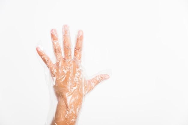 使い捨ての透明なプラスチック手袋を保護する使い捨ての女性の手