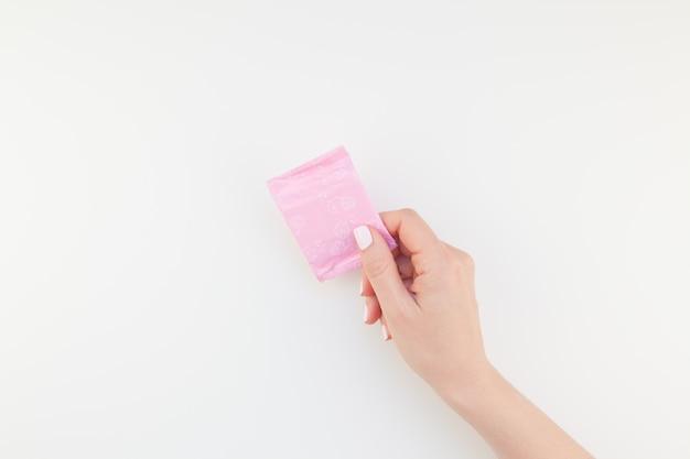 毎日の生理用ナプキンで女性の手
