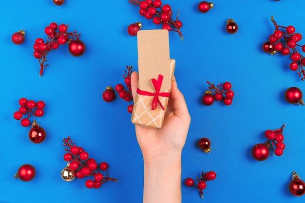 장식 된 크리스마스 배경 선물 여자 손