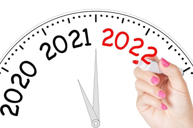 흰색 바탕에 투명한 닦음 보드에 빨간색 표시가 있는 새 2022년 메시지를 쓰는 여자 손. 3d 렌더링