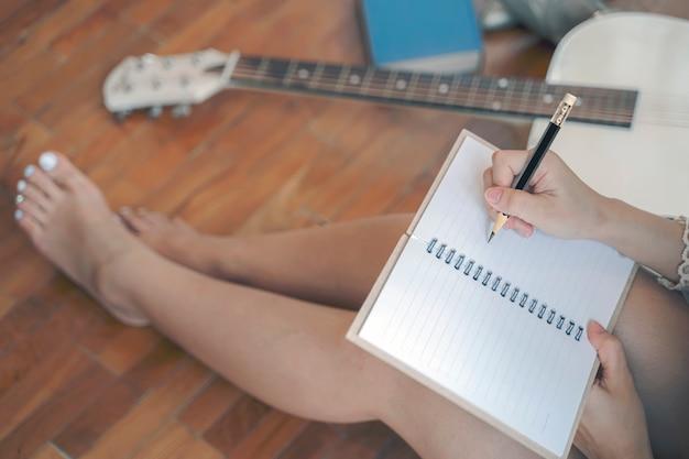 Женщина почерк на странице ноутбука.