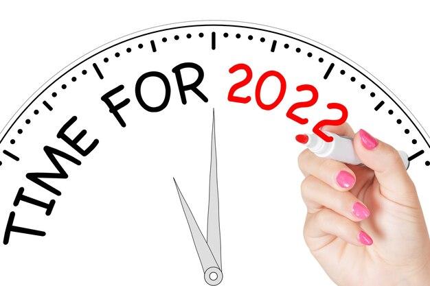 흰색 바탕에 투명 닦아 보드에 빨간색 마커가 있는 2022년 메시지에 대한 여자 손 쓰기 시간. 3d 렌더링