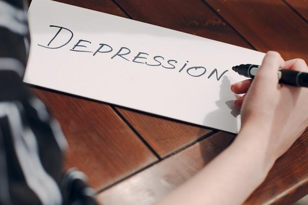 여자 손 쓰기 단어 우울증 흰색 시트에.