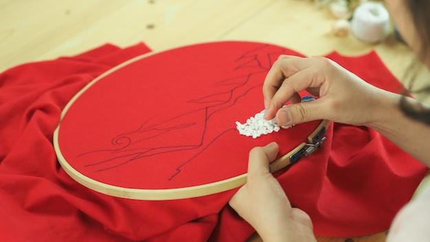 Женские руки и рукоделие вышивание шитье вручную рукоделие ниткой иглой шить трикотаж
