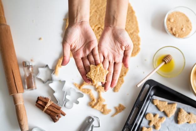 キッチンでクッキーを焼く女性の手