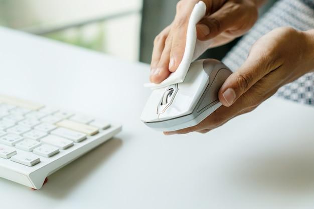 Женщина руки очистки мыши с дезинфицирующим средством влажной салфеткой. концепция дезинфекции поверхностей от бактерий или вирусов. закрыть